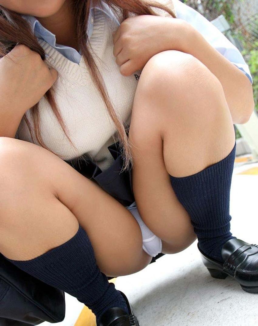 【うんこ座りパンチラエロ画像】無防備な制服JKやスカートのお嬢さんがうんこ座りでモリマンパンチラしてるところを盗撮したったうんこ座りパンチラのエロ画像集!ww【80枚】 76