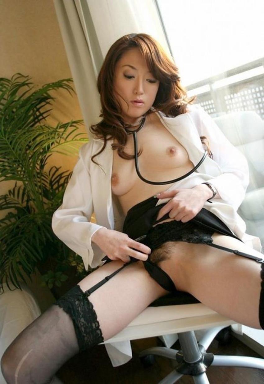 【女医コスプレエロ画像】ビッチな女ドクターがガーターベルトを見せつけながらセックス治療してくれてる女医コスプレのエロ画像集!ww【80枚】 33