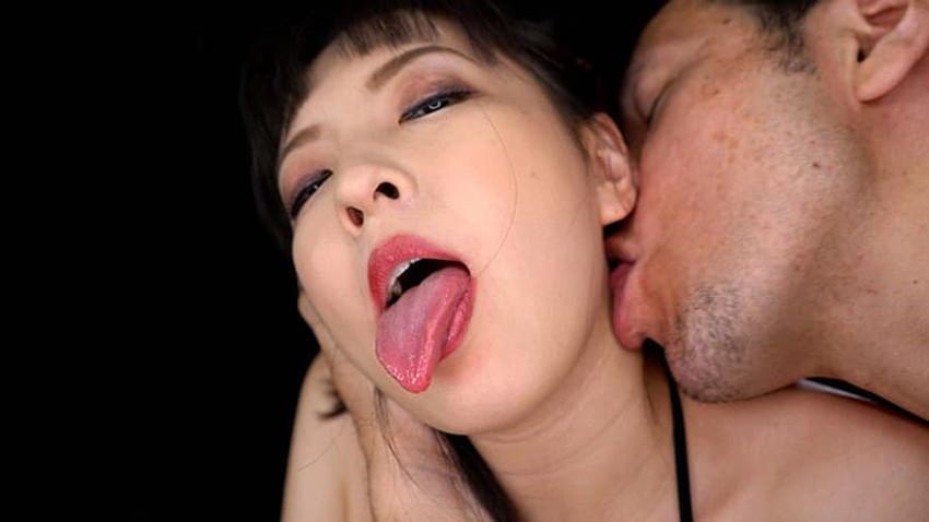 【耳舐めエロ画像】美女の美耳をペロペロ舐めて責めたり痴女が耳フェラをしてくれてる耳舐めのエロ画像集!ww【80枚】 15