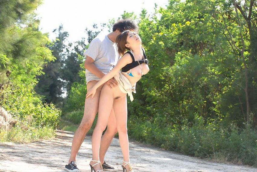 【青姦エロ画像】野外で女の子を全裸にして辱めながらセックス調教を堪能している青姦のエロ画像集!ww【80枚】 44