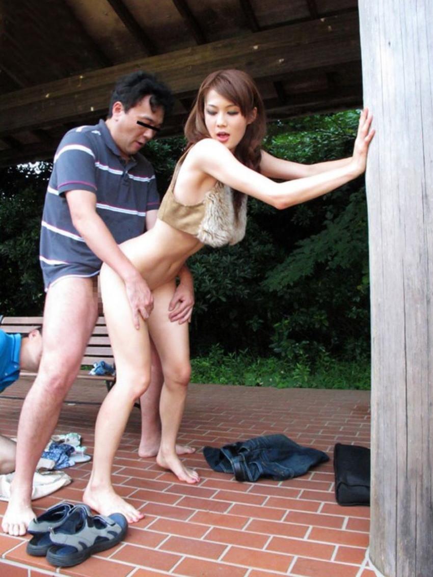 【青姦エロ画像】野外で女の子を全裸にして辱めながらセックス調教を堪能している青姦のエロ画像集!ww【80枚】 57