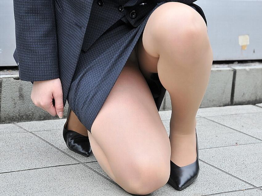 【片膝つきパンチラエロ画像】スーツOLやタイトミニ娘が片膝を地面についた瞬間に見える股間がエロ過ぎる片膝つきパンチラのエロ画像集!ww【80枚】 02