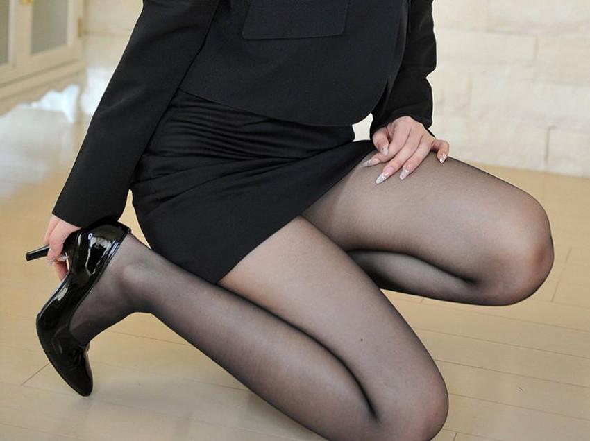 【片膝つきパンチラエロ画像】スーツOLやタイトミニ娘が片膝を地面についた瞬間に見える股間がエロ過ぎる片膝つきパンチラのエロ画像集!ww【80枚】 05