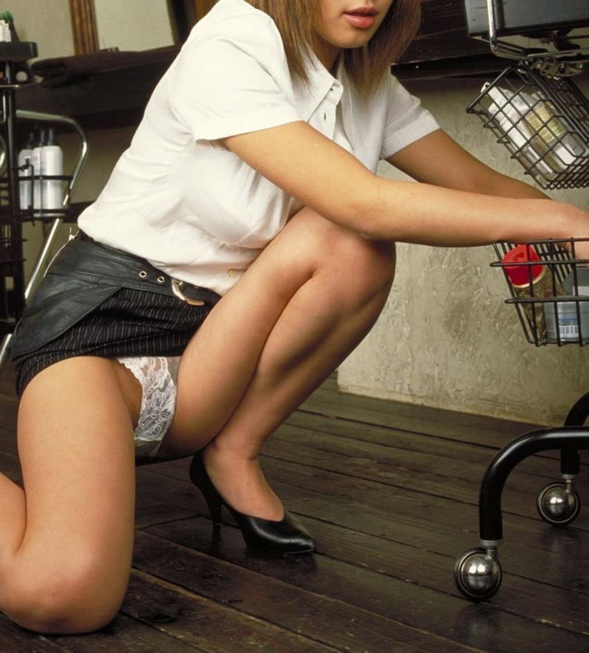 【片膝つきパンチラエロ画像】スーツOLやタイトミニ娘が片膝を地面についた瞬間に見える股間がエロ過ぎる片膝つきパンチラのエロ画像集!ww【80枚】 13