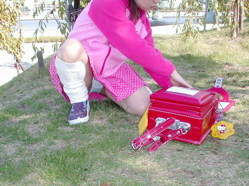 【片膝つきパンチラエロ画像】スーツOLやタイトミニ娘が片膝を地面についた瞬間に見える股間がエロ過ぎる片膝つきパンチラのエロ画像集!ww【80枚】 14