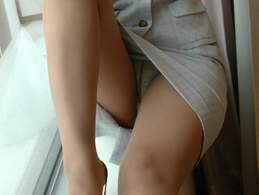 【片膝つきパンチラエロ画像】スーツOLやタイトミニ娘が片膝を地面についた瞬間に見える股間がエロ過ぎる片膝つきパンチラのエロ画像集!ww【80枚】 16