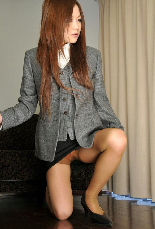 【片膝つきパンチラエロ画像】スーツOLやタイトミニ娘が片膝を地面についた瞬間に見える股間がエロ過ぎる片膝つきパンチラのエロ画像集!ww【80枚】 48