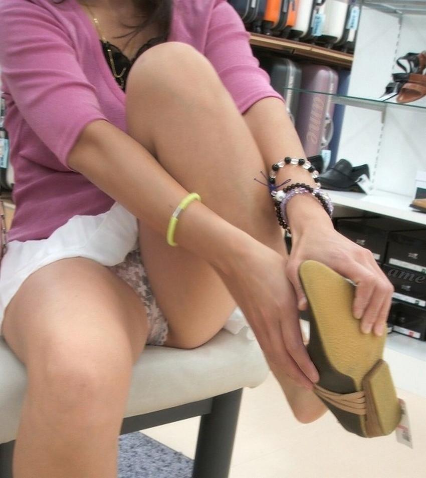 【片膝つきパンチラエロ画像】スーツOLやタイトミニ娘が片膝を地面についた瞬間に見える股間がエロ過ぎる片膝つきパンチラのエロ画像集!ww【80枚】 56