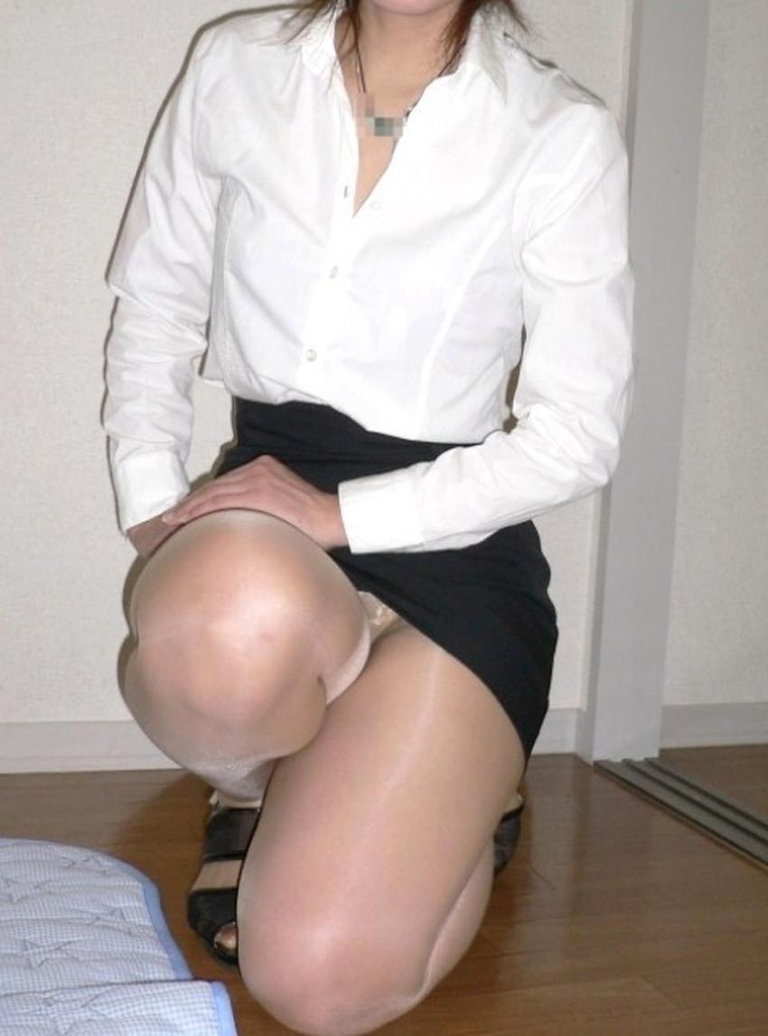 【片膝つきパンチラエロ画像】スーツOLやタイトミニ娘が片膝を地面についた瞬間に見える股間がエロ過ぎる片膝つきパンチラのエロ画像集!ww【80枚】 71