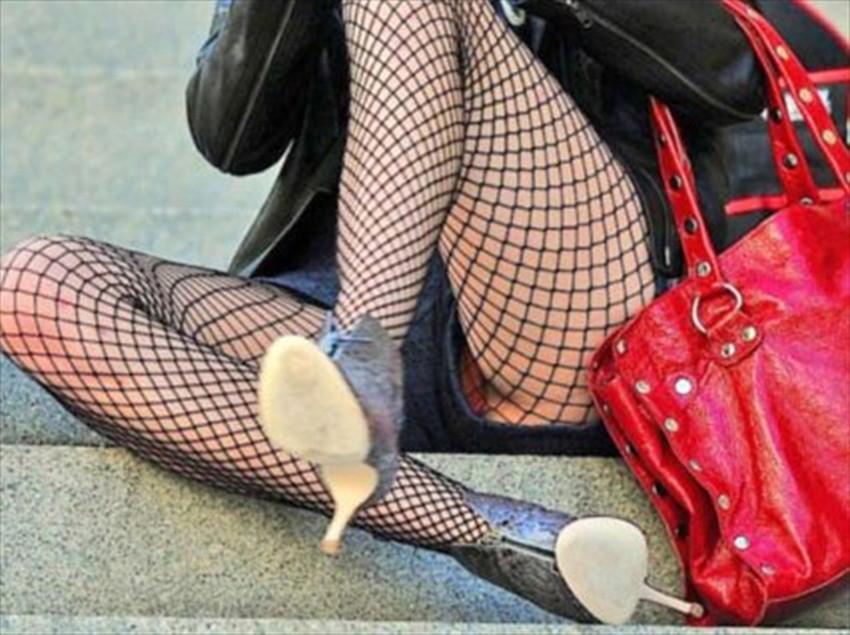 【短パンパンチラエロ画像】オシャレ女子がを開いたらショートパンツの脇からガチパンティーが見えちゃってる短パンパンチラのエロ画像集!ww【80枚】 11
