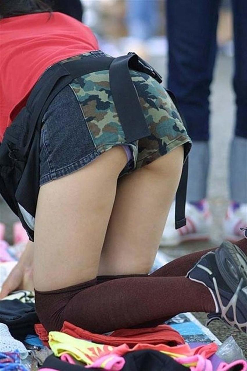 【短パンパンチラエロ画像】オシャレ女子がを開いたらショートパンツの脇からガチパンティーが見えちゃってる短パンパンチラのエロ画像集!ww【80枚】 65