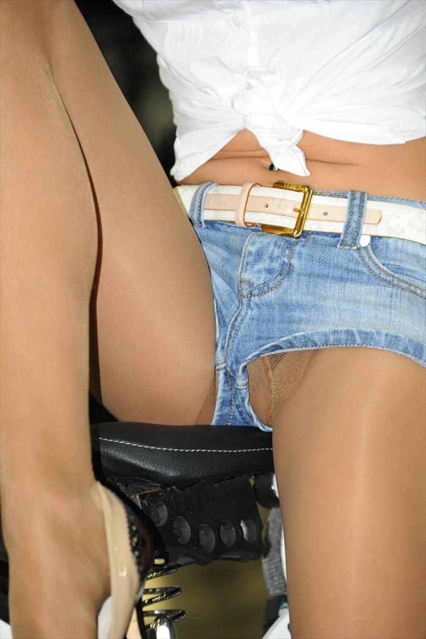 【短パンパンチラエロ画像】オシャレ女子がを開いたらショートパンツの脇からガチパンティーが見えちゃってる短パンパンチラのエロ画像集!ww【80枚】 69