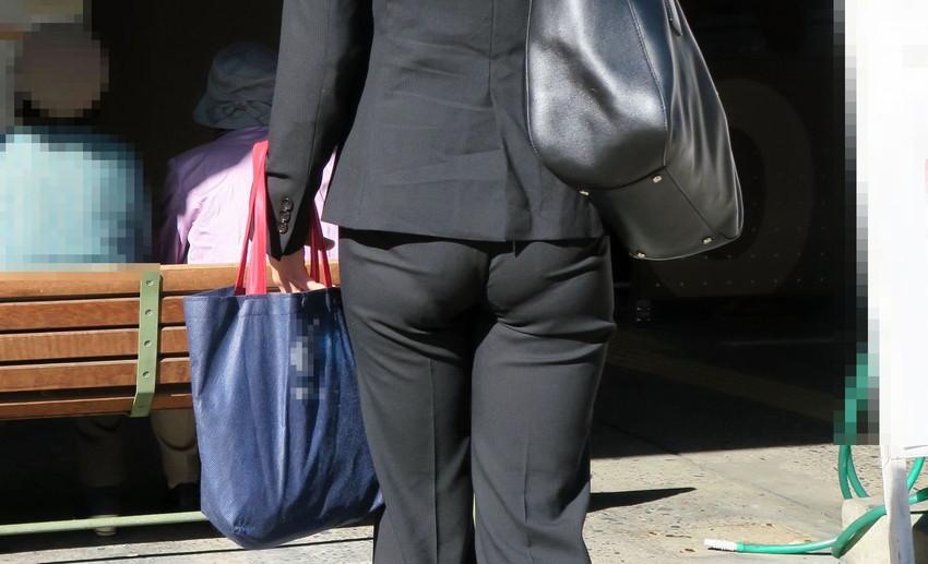 【パンツスーツOLエロ画像】パンツスーツOLのデカ尻から浮かび上がるパンティーラインが一番美しい!ww仕事や休憩中のOLのパン線を隠し撮りしたパンツスーツOLのエロ画像集!ww【80枚】 03