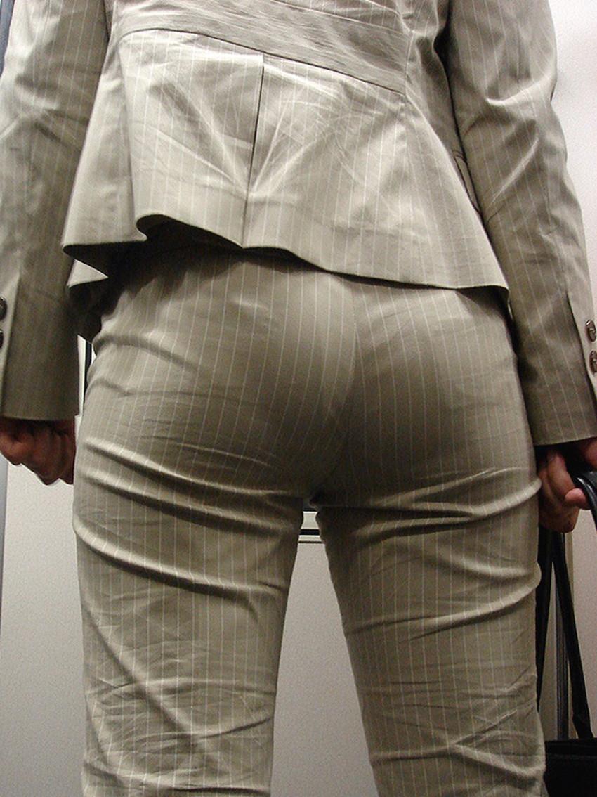 【パンツスーツOLエロ画像】パンツスーツOLのデカ尻から浮かび上がるパンティーラインが一番美しい!ww仕事や休憩中のOLのパン線を隠し撮りしたパンツスーツOLのエロ画像集!ww【80枚】 28