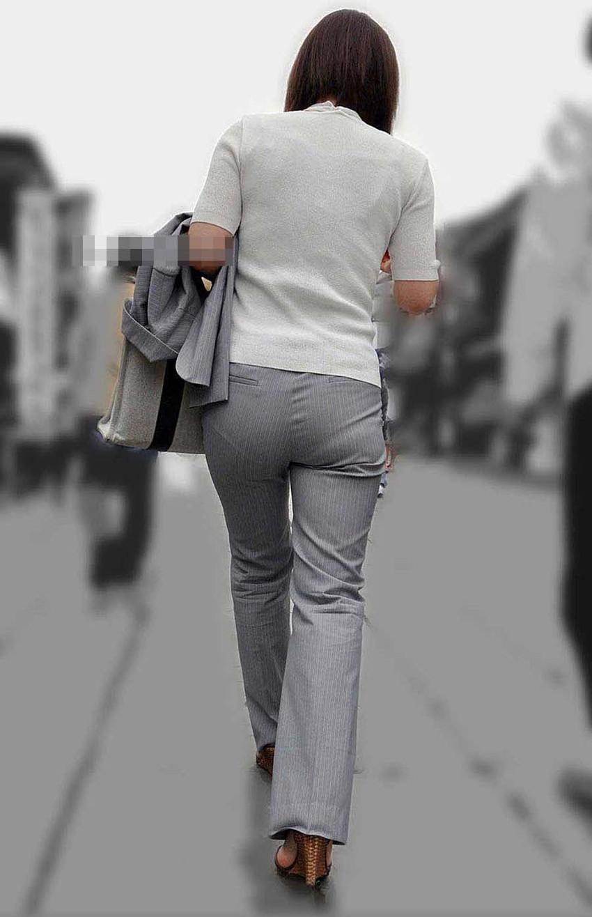 【パンツスーツOLエロ画像】パンツスーツOLのデカ尻から浮かび上がるパンティーラインが一番美しい!ww仕事や休憩中のOLのパン線を隠し撮りしたパンツスーツOLのエロ画像集!ww【80枚】 35