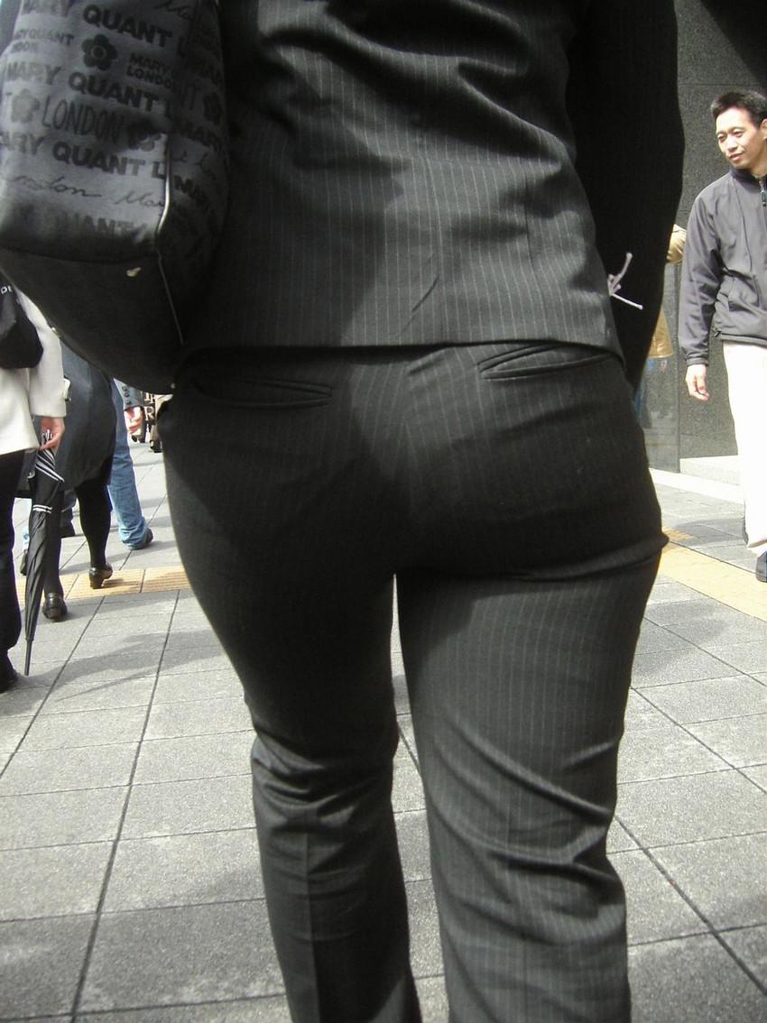 【パンツスーツOLエロ画像】パンツスーツOLのデカ尻から浮かび上がるパンティーラインが一番美しい!ww仕事や休憩中のOLのパン線を隠し撮りしたパンツスーツOLのエロ画像集!ww【80枚】 55