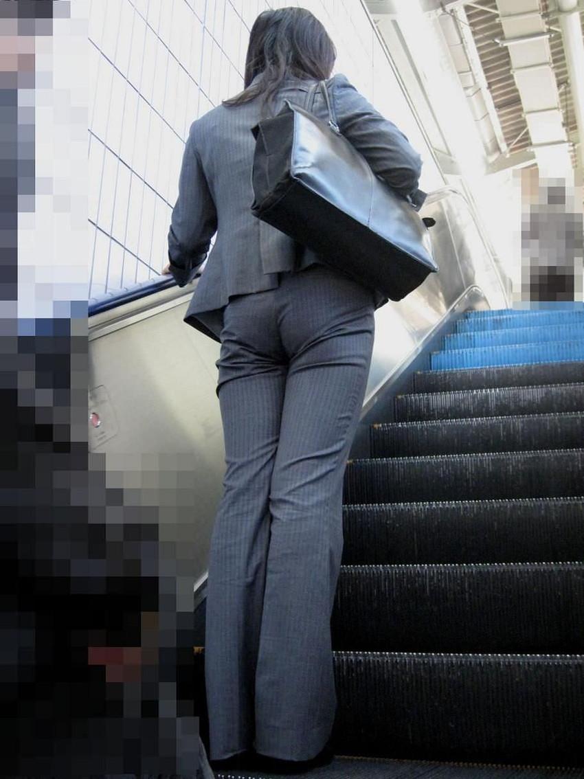 【パンツスーツOLエロ画像】パンツスーツOLのデカ尻から浮かび上がるパンティーラインが一番美しい!ww仕事や休憩中のOLのパン線を隠し撮りしたパンツスーツOLのエロ画像集!ww【80枚】 59