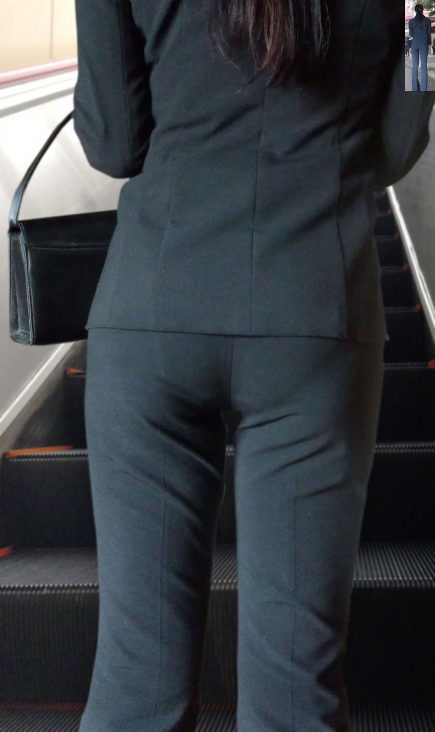 【パンツスーツOLエロ画像】パンツスーツOLのデカ尻から浮かび上がるパンティーラインが一番美しい!ww仕事や休憩中のOLのパン線を隠し撮りしたパンツスーツOLのエロ画像集!ww【80枚】 79