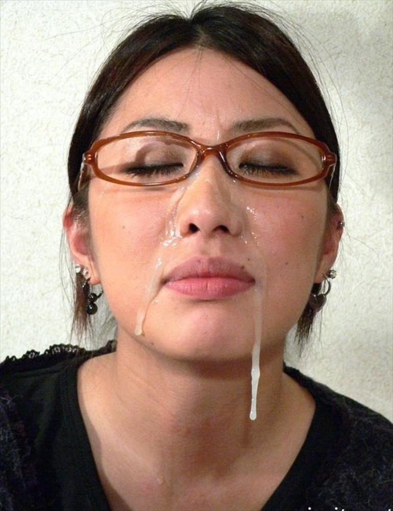 【メガネ人妻エロ画像】地味で真面目に見えるけど脱がせたら隠れ巨乳で他人棒と不倫するのが大好きなメガネ人妻のエロ画像集ww 28