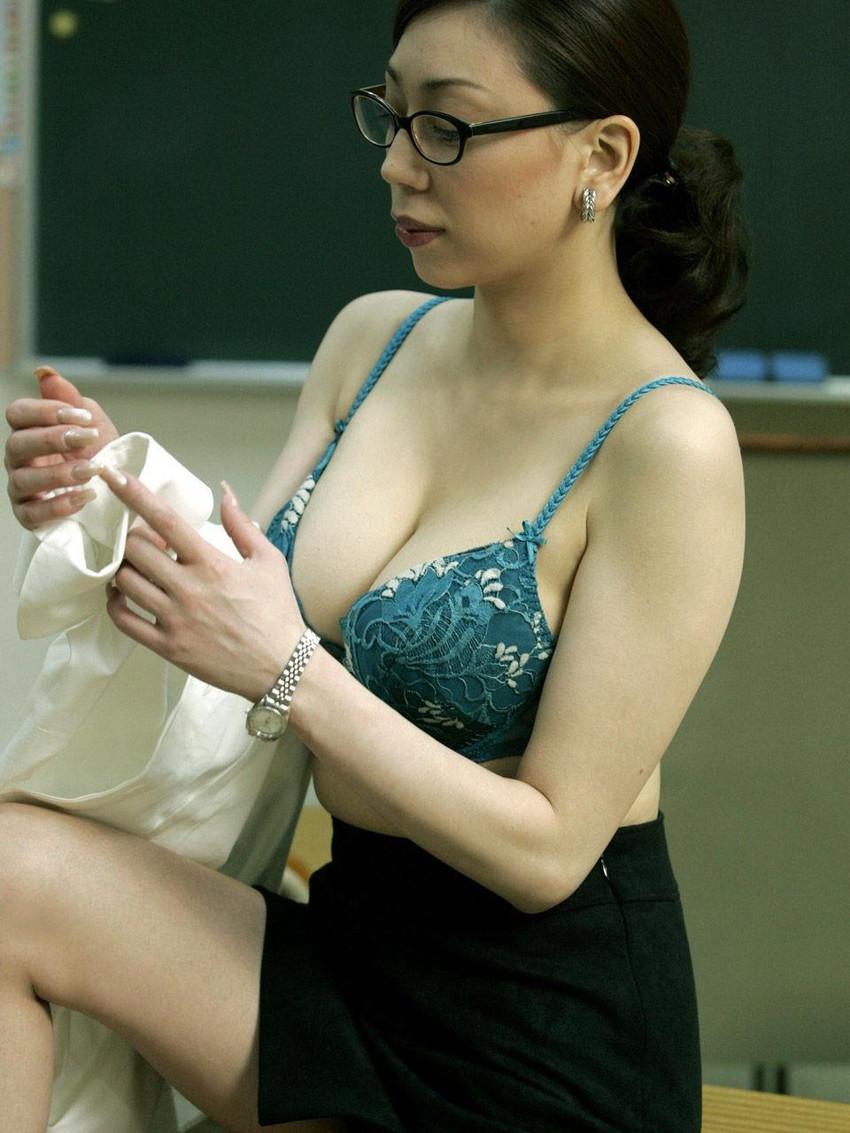 【メガネ人妻エロ画像】地味で真面目に見えるけど脱がせたら隠れ巨乳で他人棒と不倫するのが大好きなメガネ人妻のエロ画像集ww 80