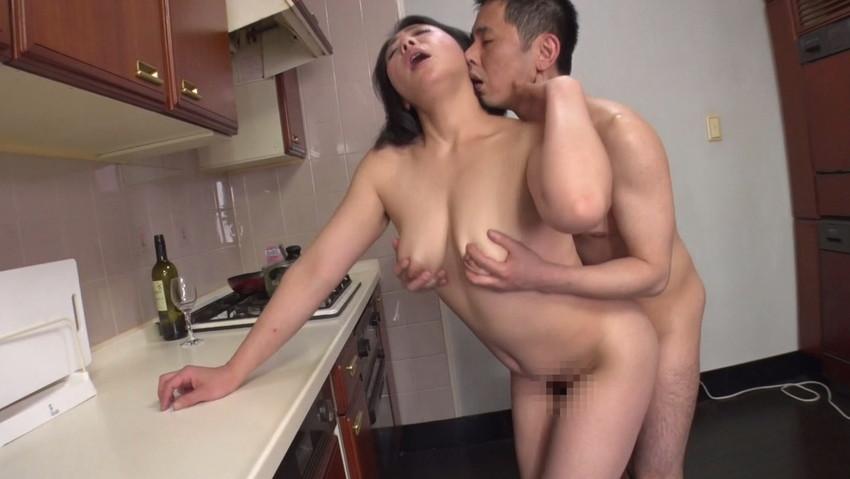 【台所セックスエロ画像】不倫妻と盛り上がる台所セックス!wwキッチンでフェラさせて野菜をおまんこにブチ込んでる台所セックスのエロ画像集!!【80枚】 40
