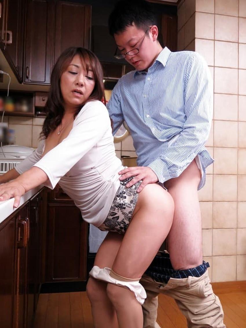 【台所セックスエロ画像】不倫妻と盛り上がる台所セックス!wwキッチンでフェラさせて野菜をおまんこにブチ込んでる台所セックスのエロ画像集!!【80枚】 42