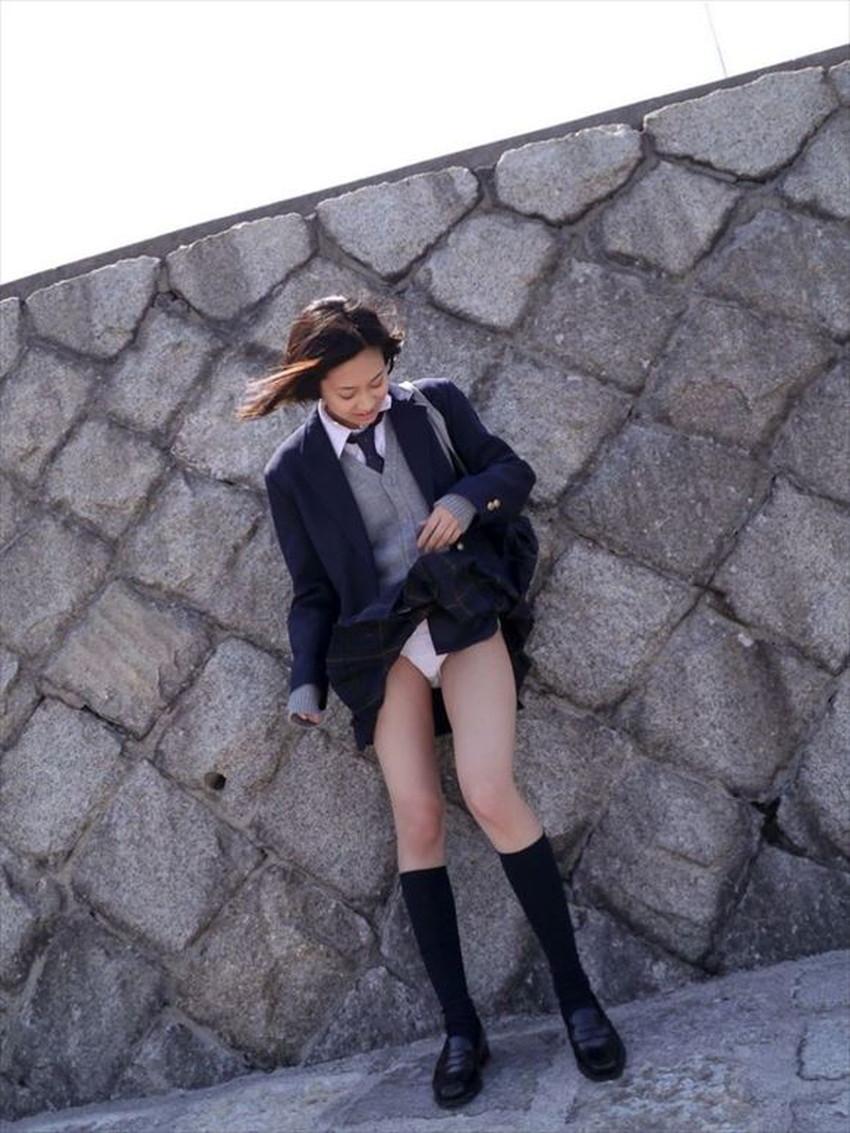 【スカート捲り上げエロ画像】ミニスカお姉さんやロングスカート美少女が自ら捲っておパンツを見せてくれてるスカート捲り上げのエロ画像集!ww【80枚】 43