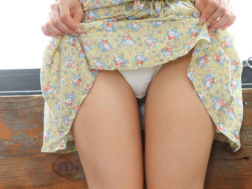 【自発的パンチラエロ画像】女子自らスカートを捲ってパンティーを見せてくれる自発的パンチラのエロ画像集!ww【80枚】 11