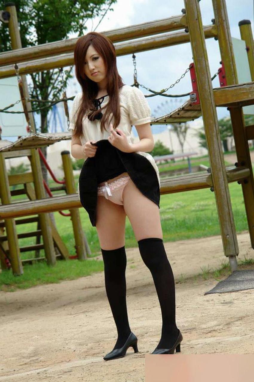 【自発的パンチラエロ画像】女子自らスカートを捲ってパンティーを見せてくれる自発的パンチラのエロ画像集!ww【80枚】 76