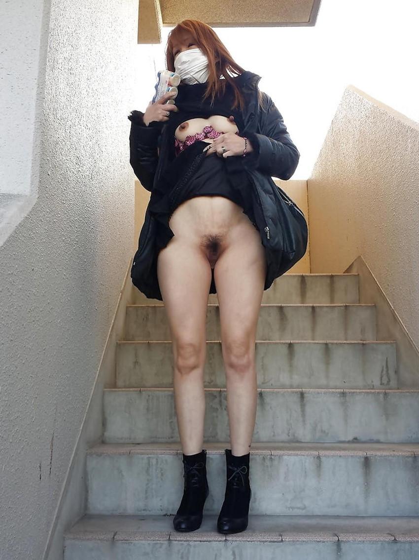 【ノーパン露出エロ画像】スカートを捲り上げたらノーパンでおまんこ丸見えだったノーパン露出のエロ画像集!w【80枚】 38