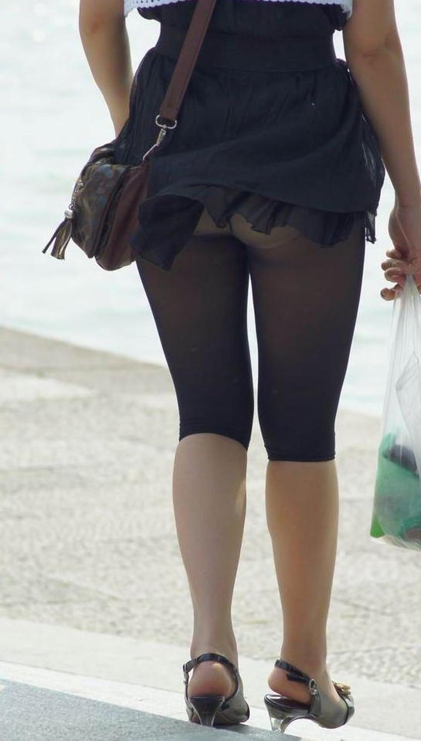 【レギンス女子エロ画像】パンティー透けてパン線丸見えのレギンスを履いて歩いてる無防備過ぎるレギンス女子のエロ画像集ww【80枚】