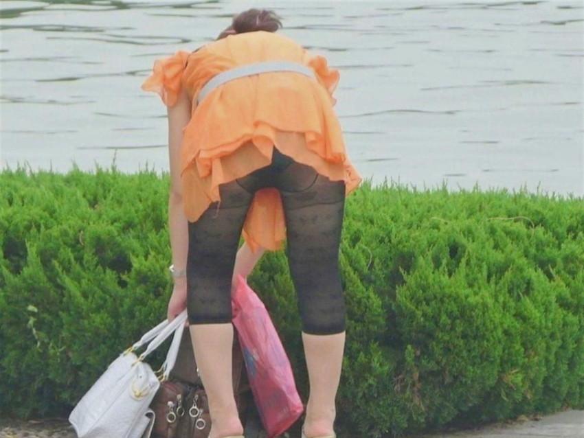 【レギンス女子エロ画像】パンティー透けてパン線丸見えのレギンスを履いて歩いてる無防備過ぎるレギンス女子のエロ画像集ww【80枚】 08
