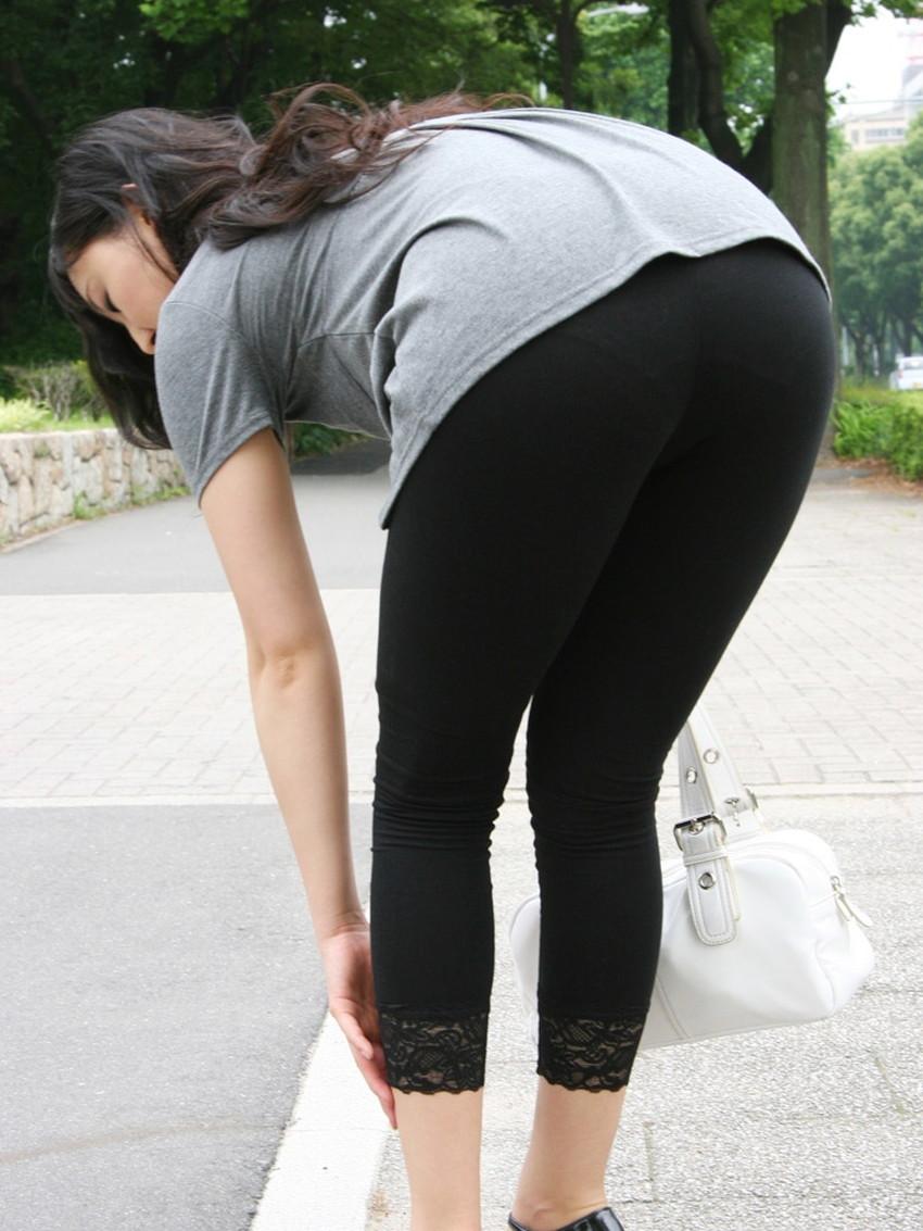 【レギンス女子エロ画像】パンティー透けてパン線丸見えのレギンスを履いて歩いてる無防備過ぎるレギンス女子のエロ画像集ww【80枚】 22