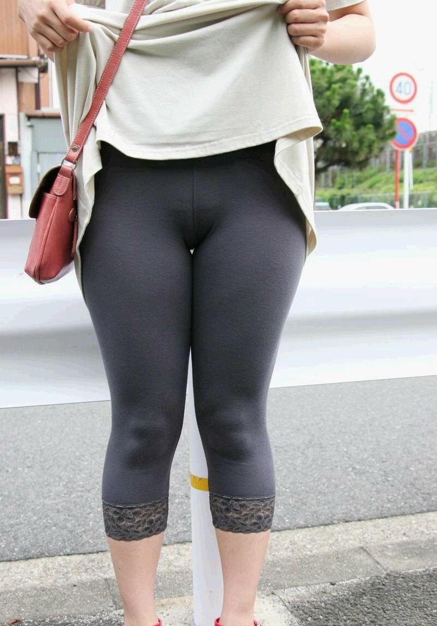 【レギンス女子エロ画像】パンティー透けてパン線丸見えのレギンスを履いて歩いてる無防備過ぎるレギンス女子のエロ画像集ww【80枚】 24