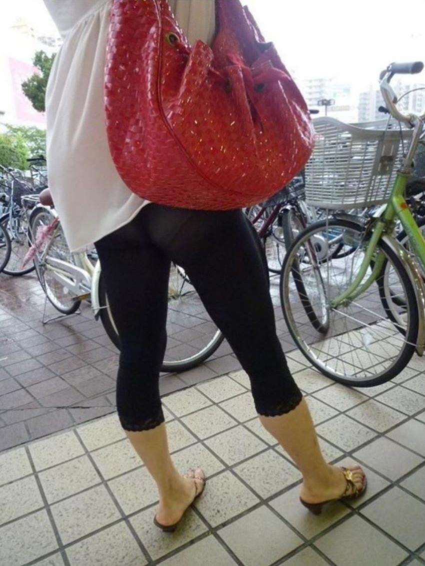 【レギンス女子エロ画像】パンティー透けてパン線丸見えのレギンスを履いて歩いてる無防備過ぎるレギンス女子のエロ画像集ww【80枚】 43