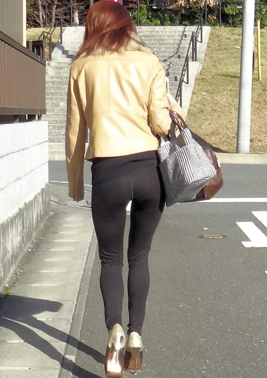 【レギンス女子エロ画像】パンティー透けてパン線丸見えのレギンスを履いて歩いてる無防備過ぎるレギンス女子のエロ画像集ww【80枚】 45
