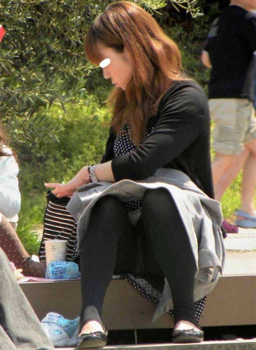 【レギンス女子エロ画像】パンティー透けてパン線丸見えのレギンスを履いて歩いてる無防備過ぎるレギンス女子のエロ画像集ww【80枚】 47
