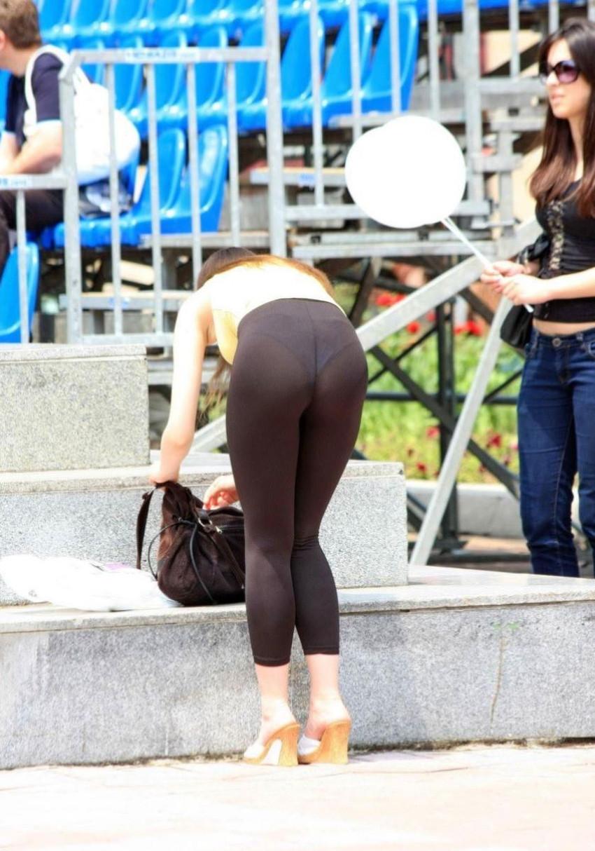 【レギンス女子エロ画像】パンティー透けてパン線丸見えのレギンスを履いて歩いてる無防備過ぎるレギンス女子のエロ画像集ww【80枚】 50