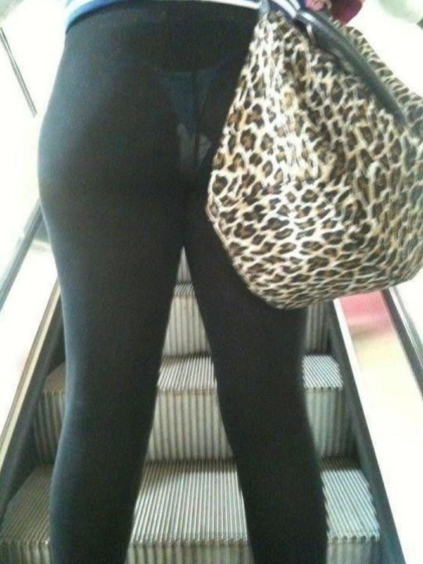 【レギンス女子エロ画像】パンティー透けてパン線丸見えのレギンスを履いて歩いてる無防備過ぎるレギンス女子のエロ画像集ww【80枚】 56