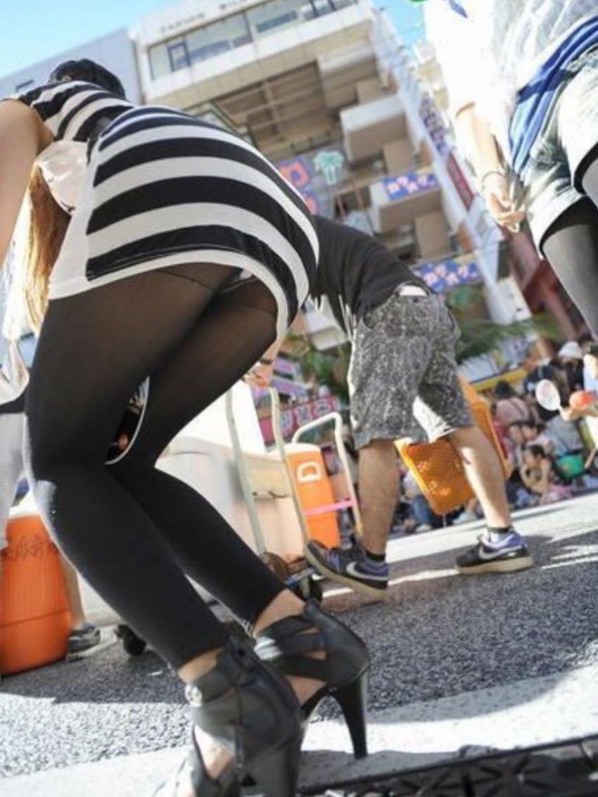 【レギンス女子エロ画像】パンティー透けてパン線丸見えのレギンスを履いて歩いてる無防備過ぎるレギンス女子のエロ画像集ww【80枚】 67