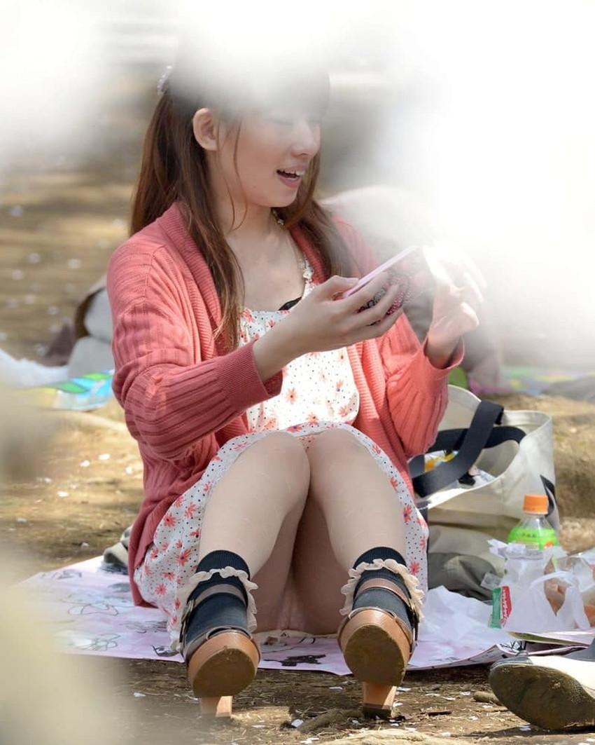 【体育座りパンチラエロ画像】体育座りしている素人女子がパンティー丸見えなのに気づいてないので盗撮した体育座りパンチラのエロ画像集!ww【80枚】 09
