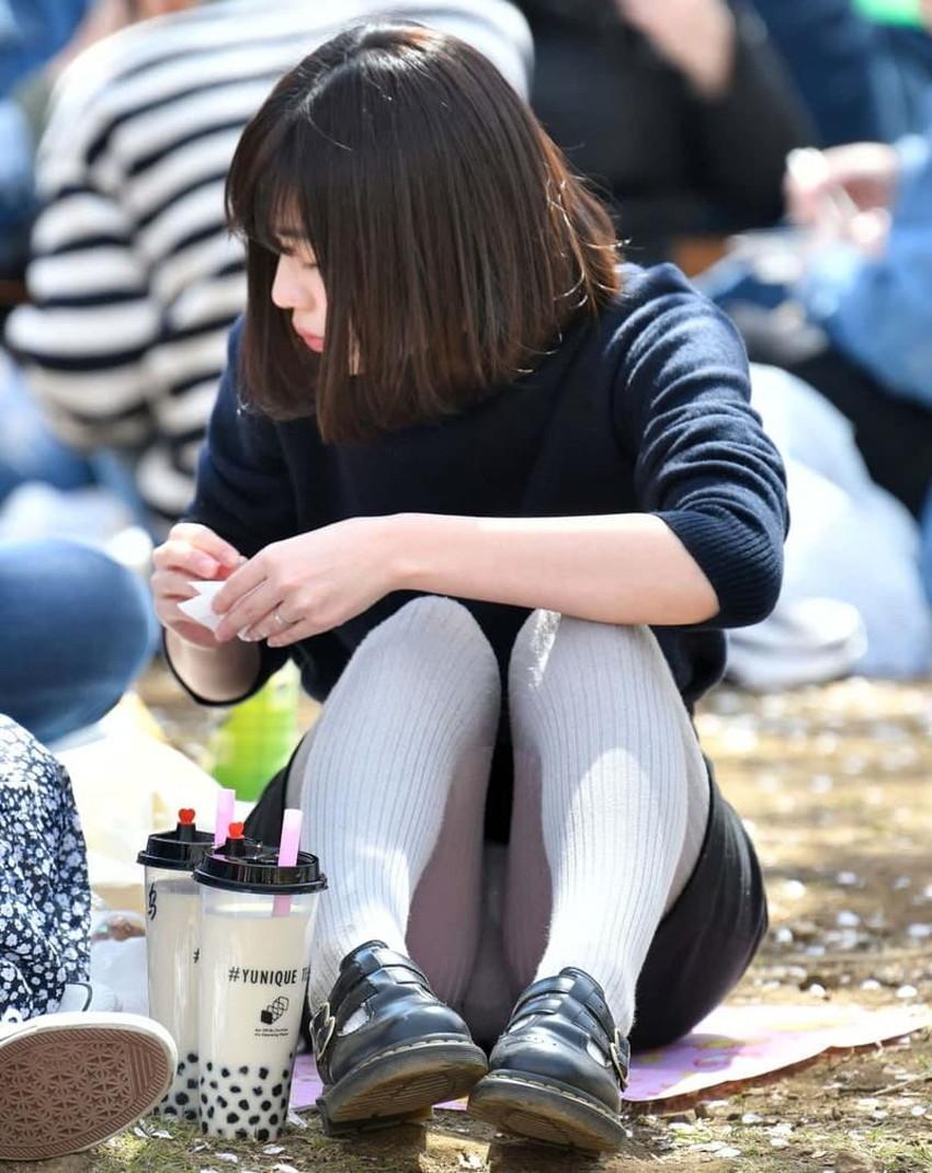 【体育座りパンチラエロ画像】体育座りしている素人女子がパンティー丸見えなのに気づいてないので盗撮した体育座りパンチラのエロ画像集!ww【80枚】 10
