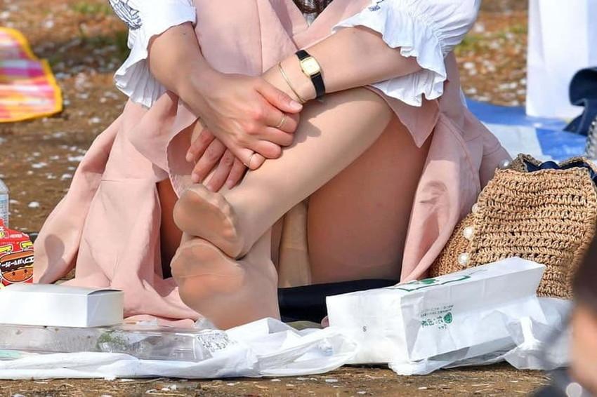 【体育座りパンチラエロ画像】体育座りしている素人女子がパンティー丸見えなのに気づいてないので盗撮した体育座りパンチラのエロ画像集!ww【80枚】 11
