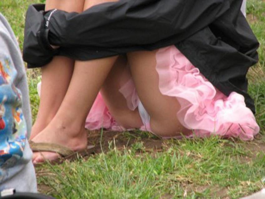 【体育座りパンチラエロ画像】体育座りしている素人女子がパンティー丸見えなのに気づいてないので盗撮した体育座りパンチラのエロ画像集!ww【80枚】 20