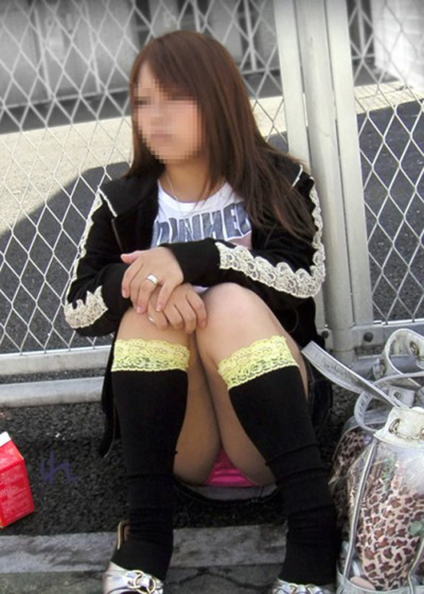 【体育座りパンチラエロ画像】体育座りしている素人女子がパンティー丸見えなのに気づいてないので盗撮した体育座りパンチラのエロ画像集!ww【80枚】 42