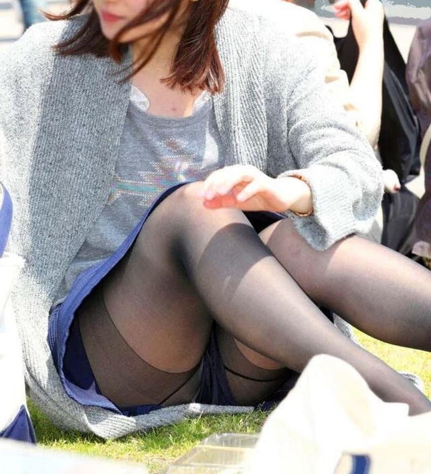 【体育座りパンチラエロ画像】体育座りしている素人女子がパンティー丸見えなのに気づいてないので盗撮した体育座りパンチラのエロ画像集!ww【80枚】 57