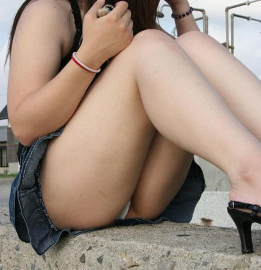 【体育座りパンチラエロ画像】体育座りしている素人女子がパンティー丸見えなのに気づいてないので盗撮した体育座りパンチラのエロ画像集!ww【80枚】 60