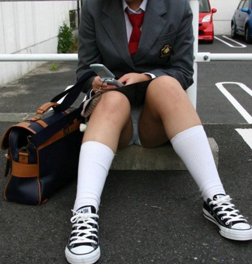 【体育座りパンチラエロ画像】体育座りしている素人女子がパンティー丸見えなのに気づいてないので盗撮した体育座りパンチラのエロ画像集!ww【80枚】 67