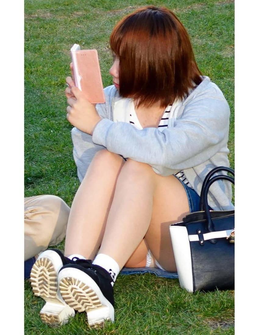 【体育座りパンチラエロ画像】体育座りしている素人女子がパンティー丸見えなのに気づいてないので盗撮した体育座りパンチラのエロ画像集!ww【80枚】 68