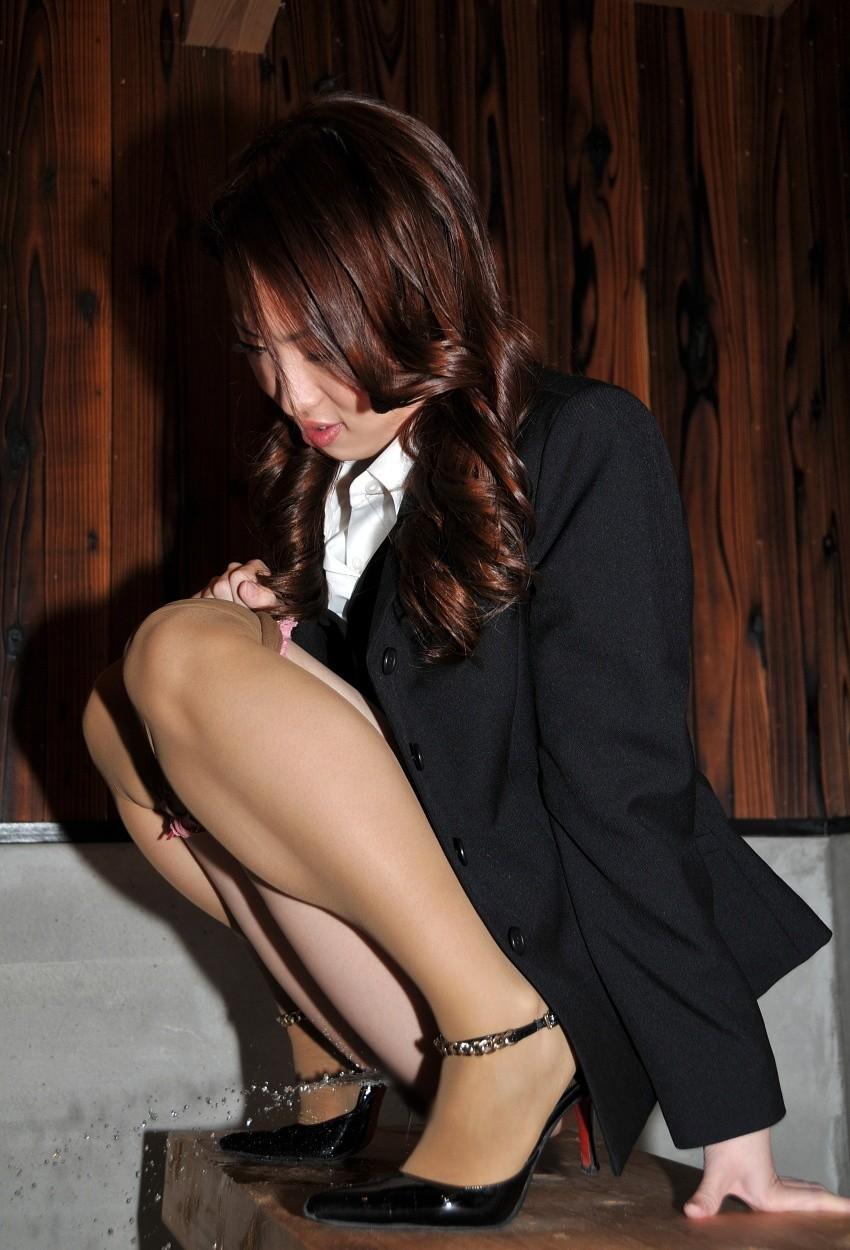 【放尿エロ画像】セレブ妻やロリ美少女におしっこさせて陵辱プレイを愉しむ放尿エロ画像集!ww【80枚】 76
